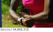 Female athlete posing muscle in the park 4k. Стоковое видео, агентство Wavebreak Media / Фотобанк Лори