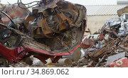 Excavator machine being operated in the junkyard 4k. Стоковое видео, агентство Wavebreak Media / Фотобанк Лори