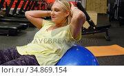 Senior woman doing abs workout with exercise ball 4k. Стоковое видео, агентство Wavebreak Media / Фотобанк Лори
