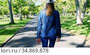 Woman walking on pathway in the park 4k. Стоковое видео, агентство Wavebreak Media / Фотобанк Лори