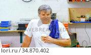 Male mechanic having coffee in garage 4k. Стоковое видео, агентство Wavebreak Media / Фотобанк Лори
