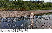 Woman walking near riverside 4k. Стоковое видео, агентство Wavebreak Media / Фотобанк Лори