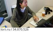 Female executive using virtual reality headset 4k. Стоковое видео, агентство Wavebreak Media / Фотобанк Лори