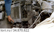 Mechanic fixing a car at repair garage 4k. Стоковое видео, агентство Wavebreak Media / Фотобанк Лори
