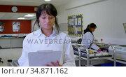 Laboratory technician looking at clipboard 4k. Стоковое видео, агентство Wavebreak Media / Фотобанк Лори