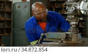 Metalsmith working in workshop 4k. Стоковое видео, агентство Wavebreak Media / Фотобанк Лори