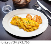 Tender french omelet with filling and parsley. Стоковое фото, фотограф Яков Филимонов / Фотобанк Лори