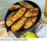 Crispy roasted chicken wings in black bowl. Стоковое фото, фотограф Яков Филимонов / Фотобанк Лори