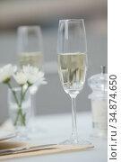 Flute of champagne on a set table. Стоковое фото, агентство Wavebreak Media / Фотобанк Лори