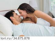 Intimate couple lie in bed. Стоковое фото, агентство Wavebreak Media / Фотобанк Лори