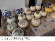 Shop selling typical Gouda cheese in Amsterdam, Holland. (2018 год). Редакционное фото, фотограф Julio Etchart / age Fotostock / Фотобанк Лори