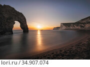 Durdle Door at sunset. Jurassic Coast, Dorset, England, UK. March 2020. Стоковое фото, фотограф Guy Edwardes / Nature Picture Library / Фотобанк Лори