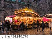 Палатки со сладостями на рождественском базаре около Страсбургского собора, Франция. Редакционное фото, фотограф Михаил Марковский / Фотобанк Лори