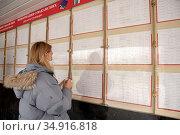 Девушка на бирже труда у информационной доски. Редакционное фото, фотограф Антонина / Фотобанк Лори