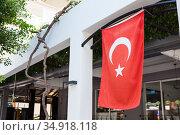 National flag of Turkey is on facade of building in the Alanya city (2020 год). Стоковое фото, фотограф Кекяляйнен Андрей / Фотобанк Лори