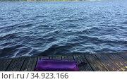 Девочка плывет на озере далеко от пирса, полотенце на берегу. Стоковое видео, видеограф Кекяляйнен Андрей / Фотобанк Лори