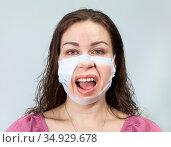 Отвращение на лице под маской у женщины, спокойные глаза, эмоции при ношении маски. Стоковое фото, фотограф Кекяляйнен Андрей / Фотобанк Лори