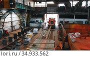 13-08-2020 Russia, Naberezhnye Chelny: plant for the production of lifting cranes - a man attaching lifting hooks to the crane part. Редакционное видео, видеограф Константин Шишкин / Фотобанк Лори