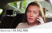 woman in car calling on smartphone. Стоковое видео, видеограф Syda Productions / Фотобанк Лори