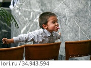 Young boy at a wedding party, Chicago, IL. (2008 год). Редакционное фото, фотограф Alexandra Buxbaum / age Fotostock / Фотобанк Лори