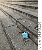 Face mask discarded on steps outside building, Kew Gardens, Queens... Стоковое фото, фотограф Lindsey Nicholson/Education Images/Universal Image / age Fotostock / Фотобанк Лори