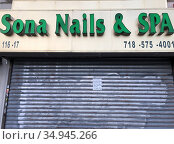 Closed sign on gated Sona Nail & Spa in Red Zone, Kew Gardens, Queens... Стоковое фото, фотограф Lindsey Nicholson/Education Images/Universal Image / age Fotostock / Фотобанк Лори