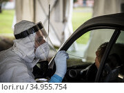 Medical military personnel take swabs for COVID-19 in a drive-through... Редакционное фото, фотограф Serrano/AGF/Alessandro Serrano' / AGF / age Fotostock / Фотобанк Лори