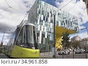 Tramway devant l'Ilot Gruner (Architecte: Manuelle Gautrand), batiment... (2020 год). Редакционное фото, фотограф Christian Goupi / age Fotostock / Фотобанк Лори