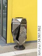 Poubelle, Ilot Gruner (Architecte: Manuelle Gautrand), batiment administratif... (2020 год). Редакционное фото, фотограф Christian Goupi / age Fotostock / Фотобанк Лори