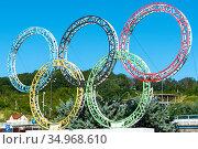Олимпийские кольца у аэропорта Сочи (Адлер), Краснодарский край (2017 год). Редакционное фото, фотограф Александр Щепин / Фотобанк Лори