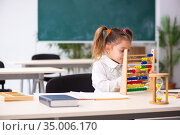 Small girl with abacus in the classroom. Стоковое фото, фотограф Elnur / Фотобанк Лори