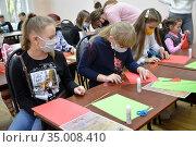 Детский мастер-класс по изготовлению самоделки из цветной бумаги. Период эпидемии коронавируса COVID-19 в России. Редакционное фото, фотограф Ирина Борсученко / Фотобанк Лори