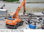 Tyumen, Russia, June 12, 2020: Replacing old rusty water pipes with new ones. Редакционное фото, фотограф Землянникова Вероника / Фотобанк Лори