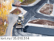 Tyumen, Russia, September 20, 2020: Laying of pavement in the courtyard of residential buildings. Редакционное фото, фотограф Землянникова Вероника / Фотобанк Лори