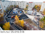 Tyumen, Russia, September 20, 2020: Laying of pavement in the courtyard of residential buildings. Стоковое фото, фотограф Землянникова Вероника / Фотобанк Лори