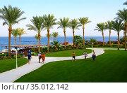 Территория отеля Stella Di Mare Sharm Beach Hotel & Spa 5* в Наама Бей, Шарм-эль-Шейх, Египет. Вид на море и бар у пляжа. Редакционное фото, фотограф Ольга Коцюба / Фотобанк Лори