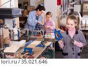 Girls trying to do wood carving. Стоковое фото, фотограф Яков Филимонов / Фотобанк Лори