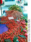 Strawberries are on the counter at the vegetable market in Alanya, Turkey (2020 год). Стоковое фото, фотограф Кекяляйнен Андрей / Фотобанк Лори