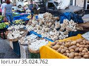 Garlic and potatoes are on sale in local market in city. Seasonal vegetables and fruits are on sale in large bazaar. Alanya, Turkey (2020 год). Редакционное фото, фотограф Кекяляйнен Андрей / Фотобанк Лори