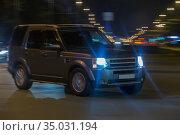 Off-road car racing through the night Avenue. Стоковое фото, фотограф Юрий Бизгаймер / Фотобанк Лори