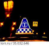 Знак такси на крыше автомобиля в ночное время. Редакционное фото, фотограф Антонина / Фотобанк Лори