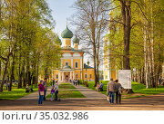 Uglich Kremlin, people walk and relax in the park near the Transfiguration Cathedral (2019 год). Редакционное фото, фотограф Юлия Бабкина / Фотобанк Лори