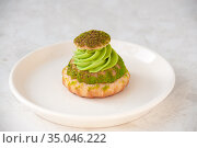 Cake with pistachio cream in a plate on the table. Стоковое фото, фотограф Катерина Белякина / Фотобанк Лори