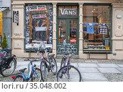 Vans vintage clotes shop in the Kreuzberg district, Berlin, Germany. Редакционное фото, фотограф Sergi Reboredo / age Fotostock / Фотобанк Лори