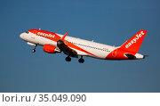 Airline EasyJet plane takes off from the runway at Barcelona El Prat airport. Board number G-EZGX (2020 год). Редакционное фото, фотограф Яков Филимонов / Фотобанк Лори