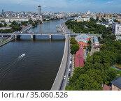 Москва, вид сверху на Крутицкую набережную и Новоспасский мост. Редакционное фото, фотограф glokaya_kuzdra / Фотобанк Лори