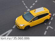 Taxi moves on the city street. Стоковое фото, фотограф Юрий Бизгаймер / Фотобанк Лори