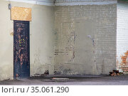 Two textured walls on the corner of the house and an old door. Стоковое фото, фотограф Федонников Никита Александрович / Фотобанк Лори