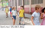 Group of children walking on city street in fine weather. Стоковое видео, видеограф Яков Филимонов / Фотобанк Лори