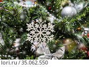 Snowflake on decorated Christmas tree. Стоковое фото, фотограф Юлия Бабкина / Фотобанк Лори